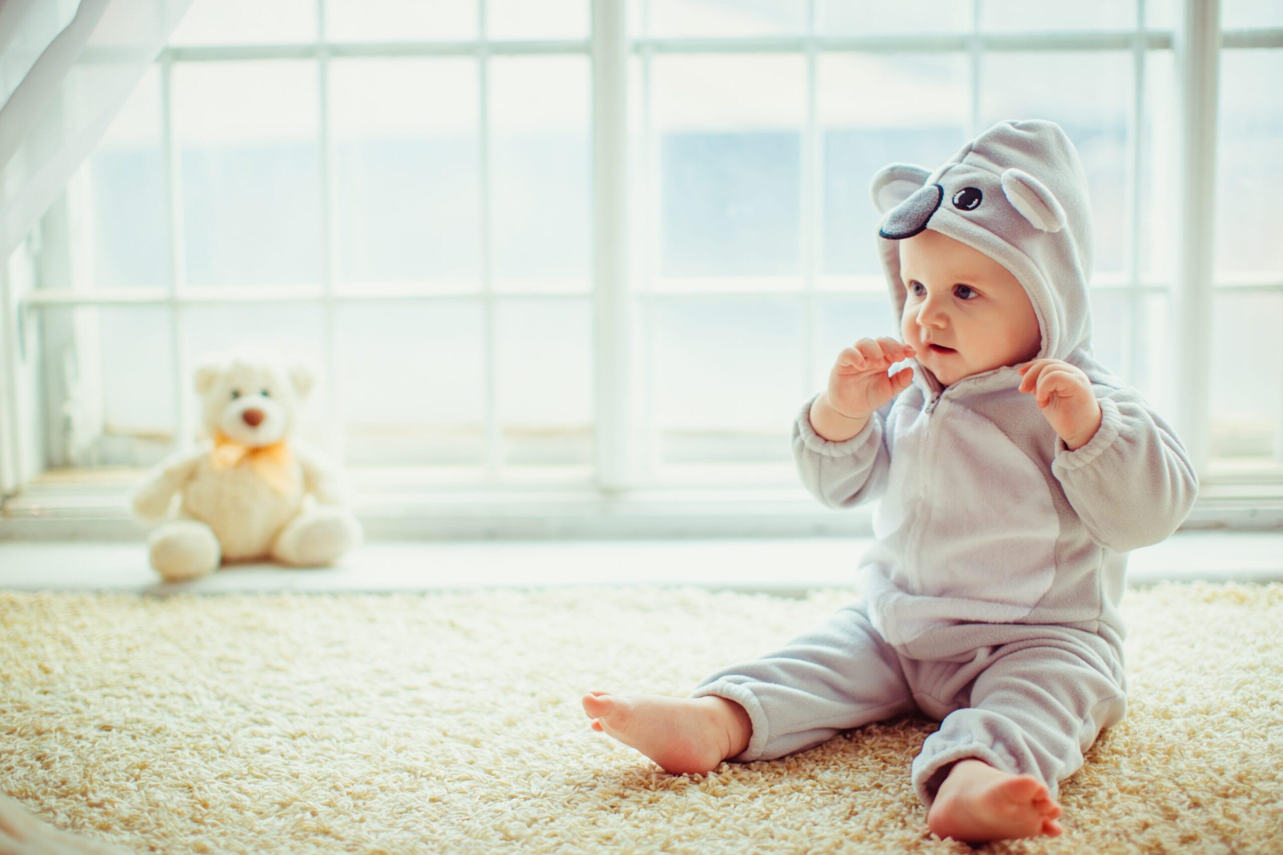 bebe sentado peques scaled Peques